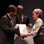Grażyna Ginalska odbiera dyplom